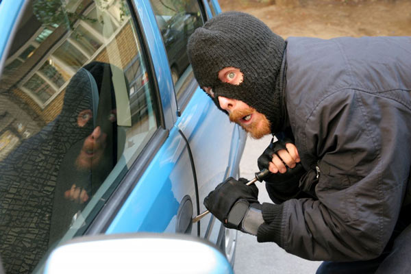 При попытке проникнуть внутрь салона, автомобильные воры не гнушаться использовать фомки и прочие инструменты