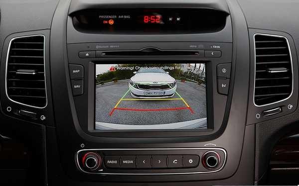 Сигнал с камеры заднего вида передается на экран, расположенный возле водителя