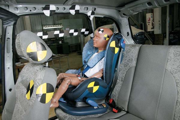 Датчика находятся как на манекене, так и на различных частях автомобиля