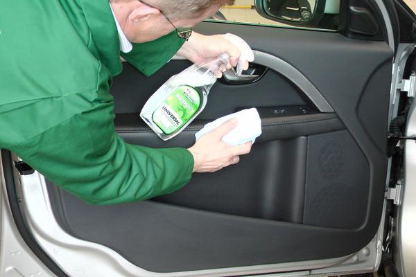 Как и чем чистить салона пластика автомобиля своими руками