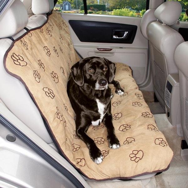 Собаку можно перевозить и в салоне, если приобрести специальную накидку на сидения