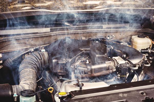 Если от двигателя идет даже слабый дым, следует отправить авто на диагностику