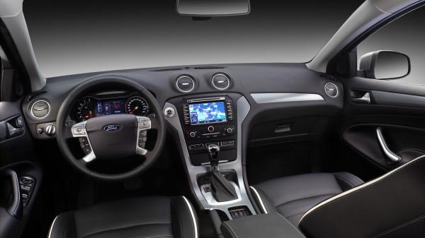 Салон Форд Мондео 2014:  руль, штатная магнитола