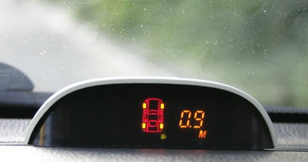 Парктроник показывает расстояние до преграды в метрах