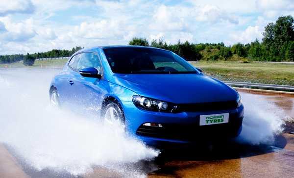 Аквапланирование шин возникает при движении по мокрой дороге на высокой скорости