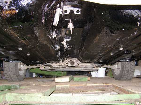 Защита днища автомобиля от коррозии при помощи стоя мастики