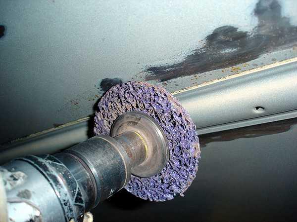 Защита днища автомобиля от коррозии предусматривает тщательную зачистку поврежденных мест