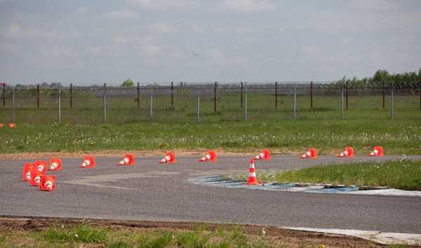 Способы торможения автомобиля необходимо освоить на тренировочном полигоне