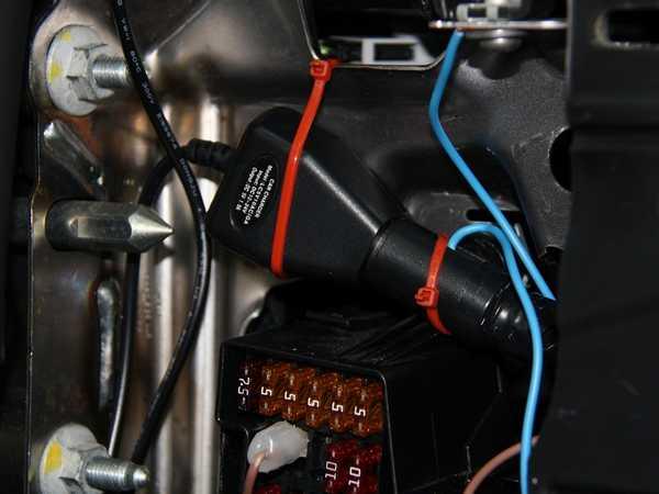 Как установить видеорегистратор:  прикрепляем блок хомутами крепко, чтобы не стучал