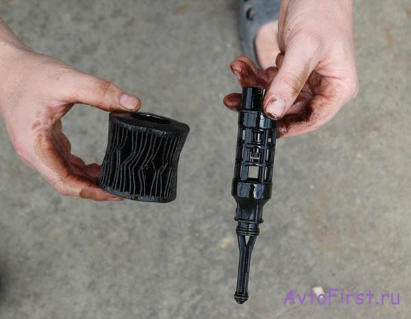 Отработавший свое фильтр снят с пластмассового штока