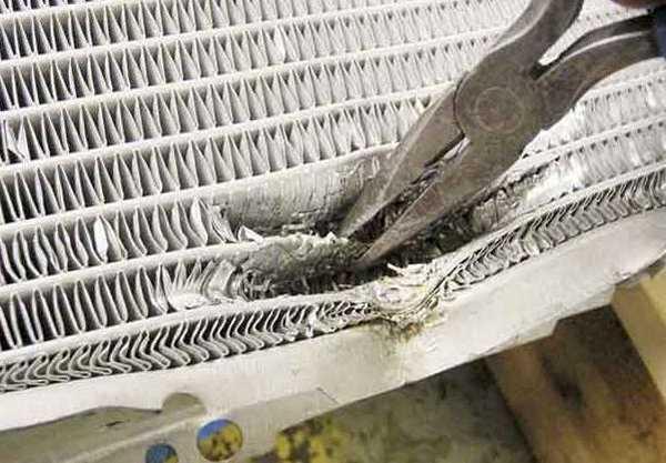Заглушить трубки радиатора можно при помощи плоскогубцев