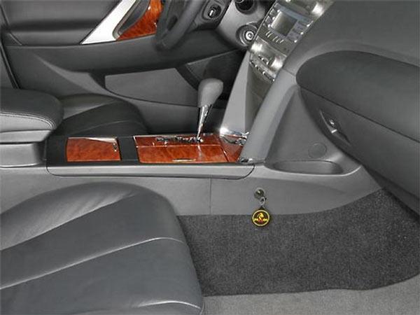 На фотографии виден ключ - без него нельзя разблокировать рычаг коробки передач