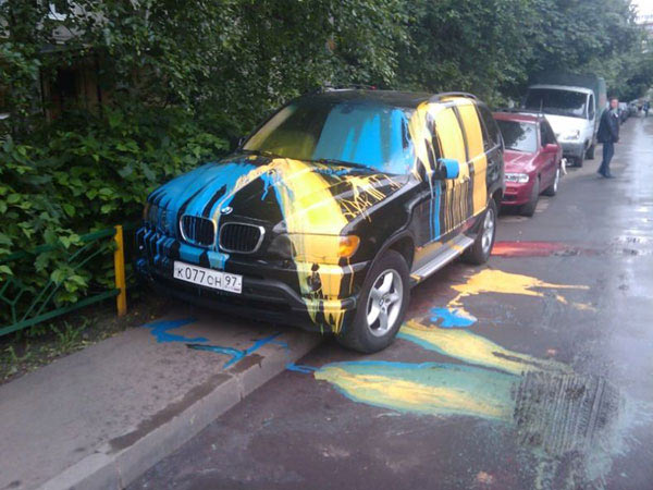 Машину облили краской за парковку на тротуаре