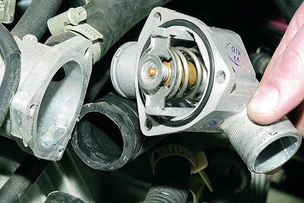Термостат автомобиля ВАЗ 2110. Как правило, замена термостата не занимает много времени