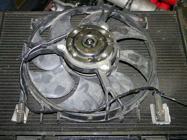 Вентилятор охлаждения двигателя крепиться к радиатору