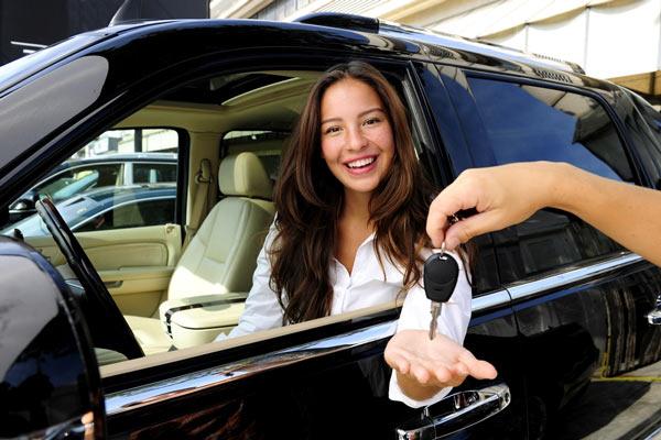 При покупке нового автомобиля в автосолоне, кроме ключей, вам должны выдать все необходимые документы для регистрации машины
