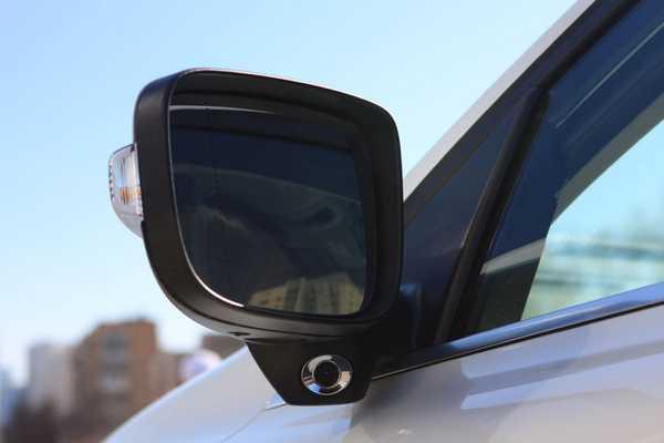Датчик контроля слепой зоны на зеркале