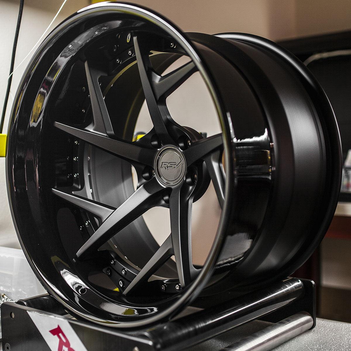 Кованые диски визуально похожи на литые